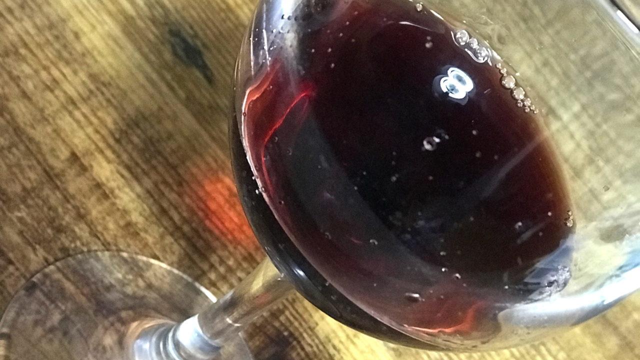 シャトーマルス プレステージ マスカットベリーA 樽熟成 2011をグラスに注ぐと枯れたルビー色の液体が…